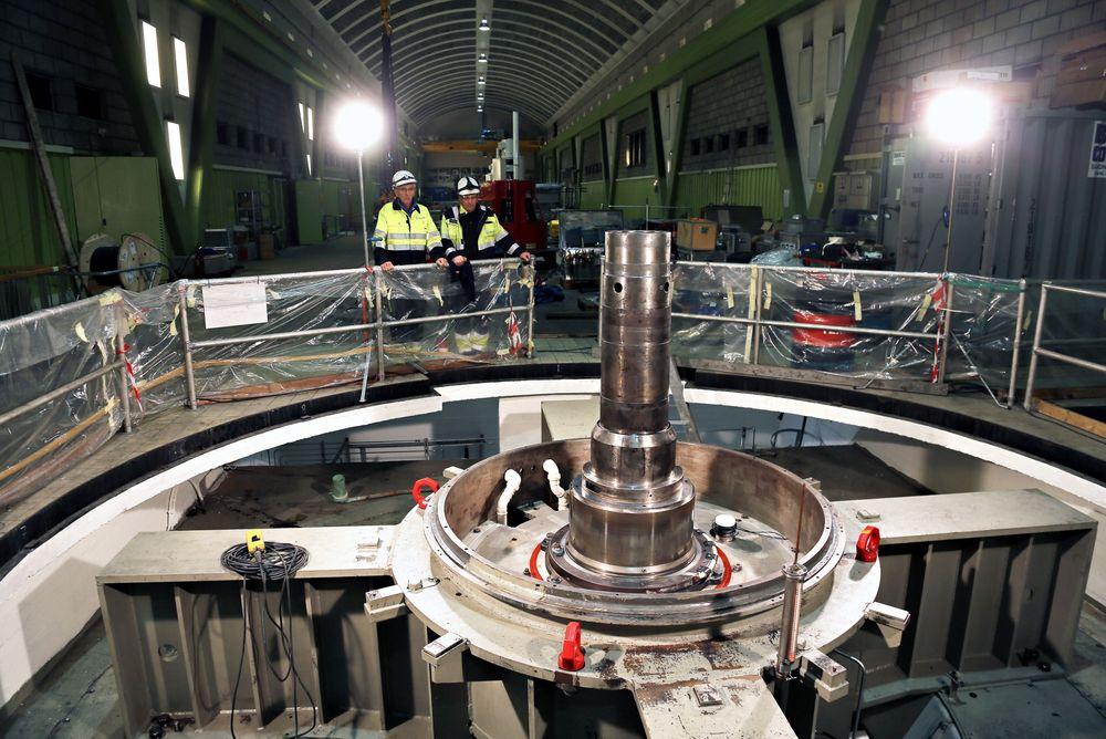 Oppgradering: Statkrafts prosjektleder Roald Nilsen (t.v.) og anleggsleder Geir Magne Svendsen betrakter aggregatet i Nedre Røssåga kraftstasjon som skal være ferdig oppgradert i desember.