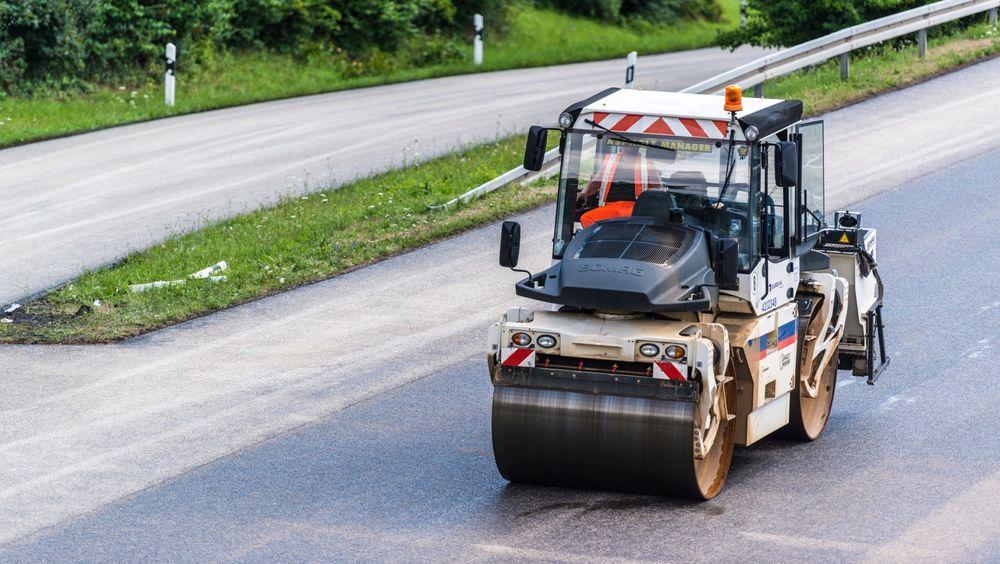 Riksrevisjonen skriver i sin rapport at 80 kontrakter i regi av Statens vegvesen hadde forsinkelser på tre måneder eller mer.