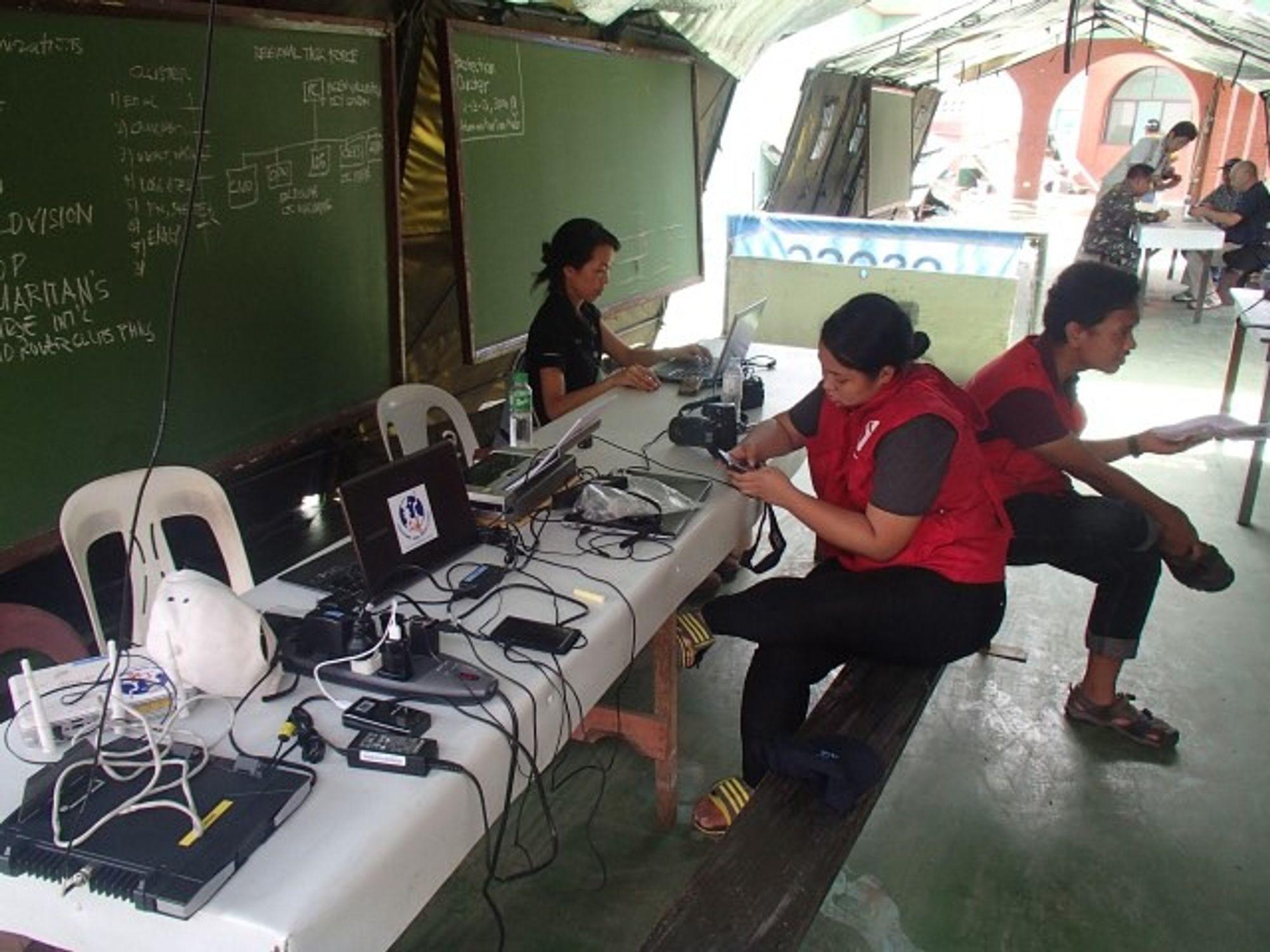 Telekomeksperter fra TSF sørger for telefon og internettforbindelse i de syklonrammede områdene på Filippinene.