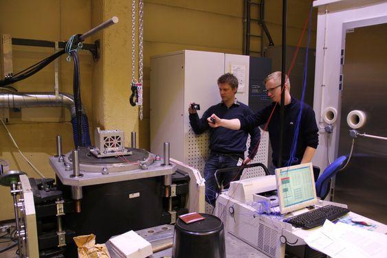 Her blir den lille satellitten vibrasjonstestet hos NATEC.