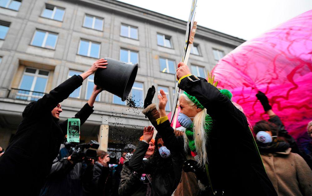 Greenpeace-aktivister kaster kull i lufta i protest etter Warszava-forhandlinger.