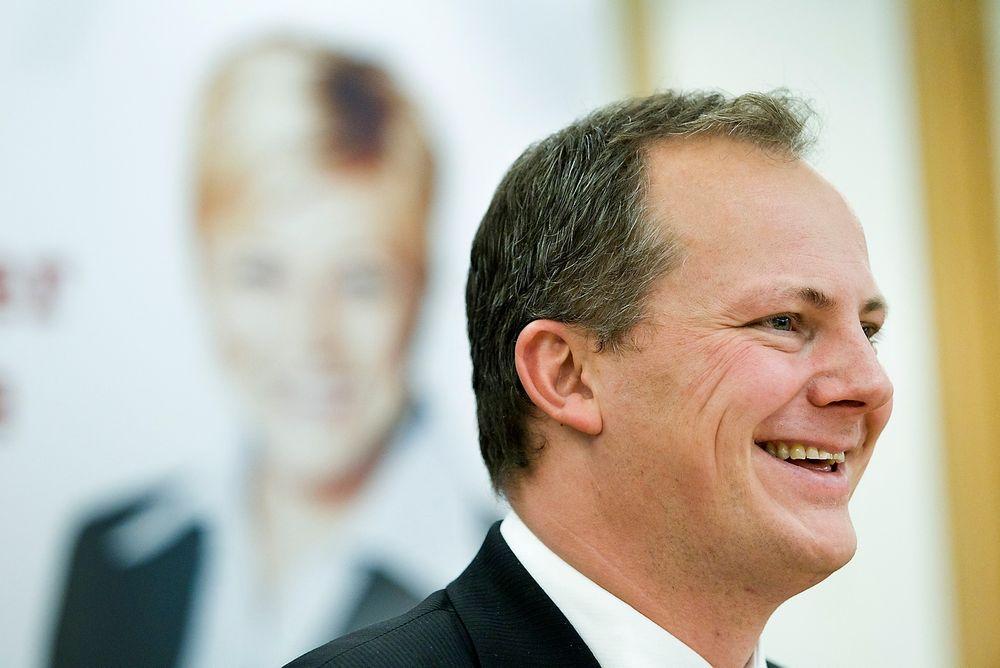 Samferdselsminister Ketil Solvik-Olsen (Frp) sier regjeringen akter å innføre datalagringsdirektivet, til tross for at hans parti er motstander av det.