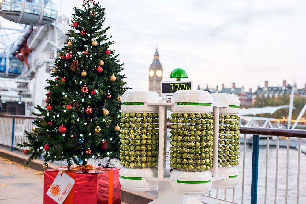 Et juletre med lys drevet av rosenkål-batteriet ble avduket ved Themsens bredde i Londons South Bank-område i går.