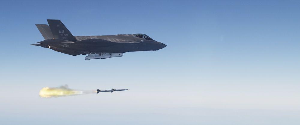 Et F-35A (AF-6) skyter et AIM-120 Amraam mot et luftmål under testing over Stillehavet onsdag.
