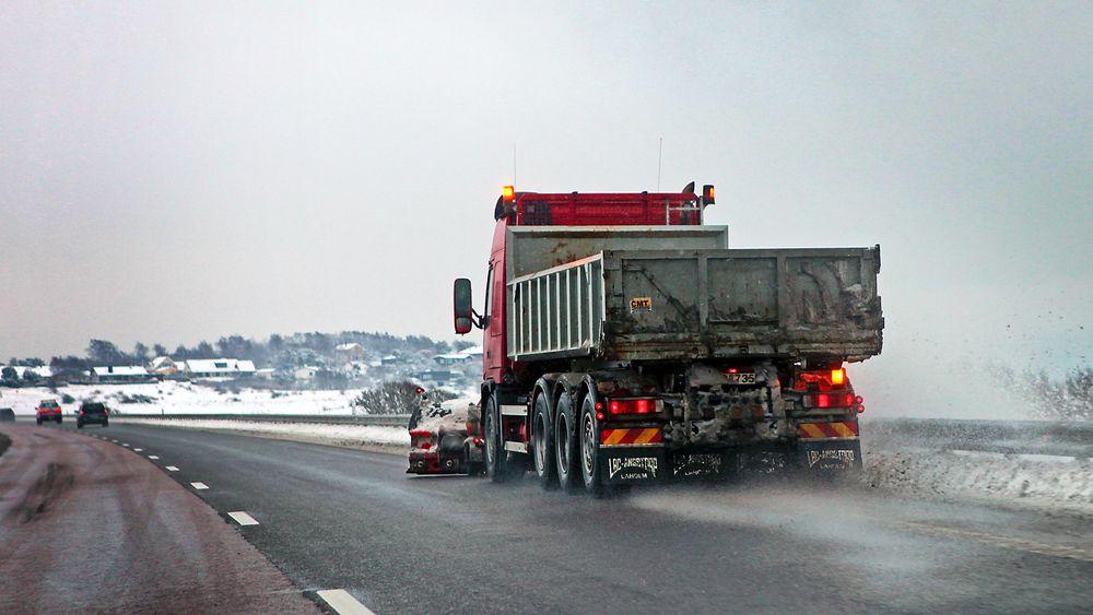 Veisalting gir mange utfordringer både for kjøretøy og miljø. Nå har et norsk selskap utviklet et system basert på flyplassteknologi.