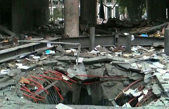 Bilde klippet fra en video som viser krateret / hullet i bakken under bilen med bomben som eksploderte utenfor høyblokka i regjeringskvartalet fredag. Bildet viser situasjonen bare minutter etter eksplosjonen.