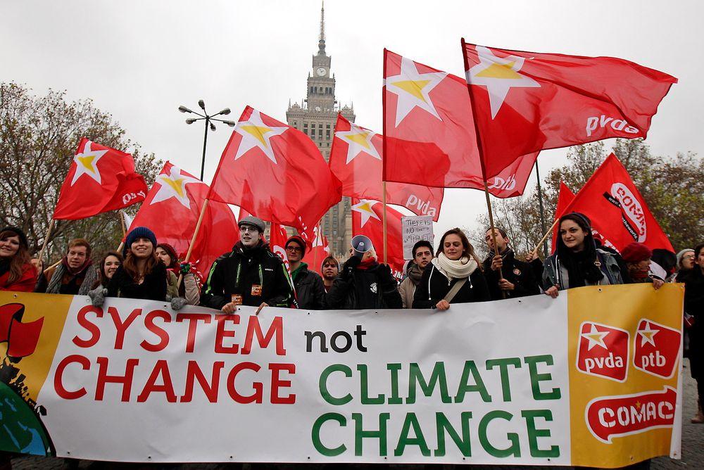 Miljøaktivister krever mer handling for å bekjempe klimaendringer under i Warzawa den 16. november.
