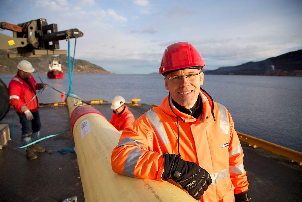 Prosjektleder Ole Øystein Knudsen fra SINTEF bivåner utsettelsen av oljerøret ved Orkanger havn.