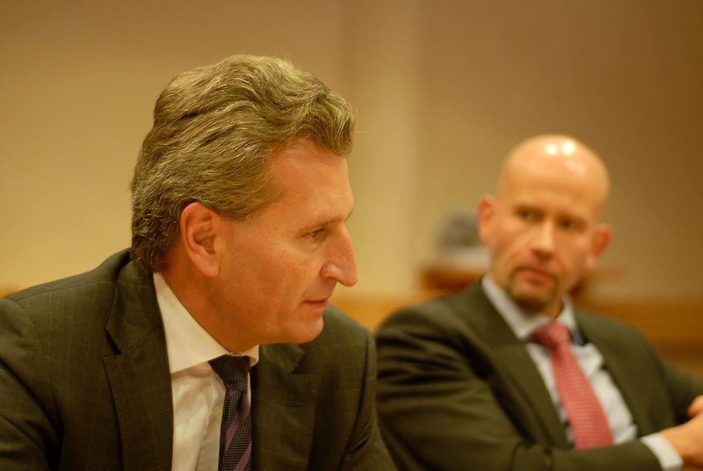 EUs energikommisær Günther Oettinger kan bli en god støtte for Norge for å sikre at norske utenlandskabler ikke stenges ute fra kapasitetsmarkedene. I bakgrunnen sitter energiminister Tord Lien (Frp).