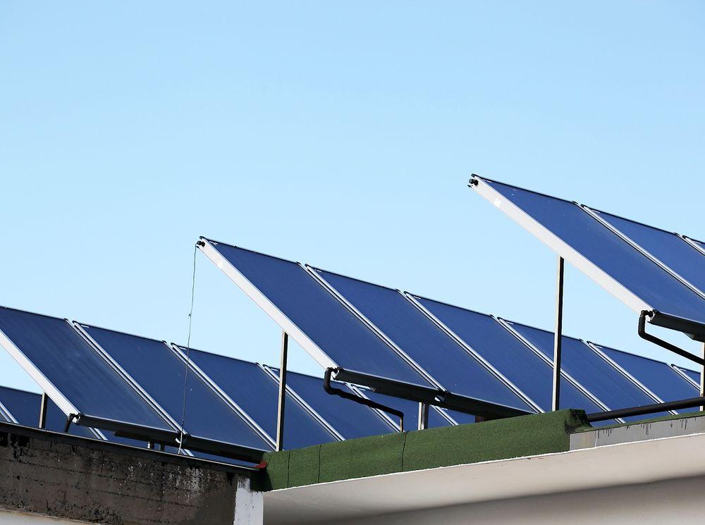 – Det er lite praktisk erfaring innen solfangere og solceller. Det er få anlegg i Norge, og ved nye prosjekter må man gjerne begynne med å lære opp de som skal gjøre jobben, forteller Åse Lekang Sørensen i Norsk Solenergiforening.