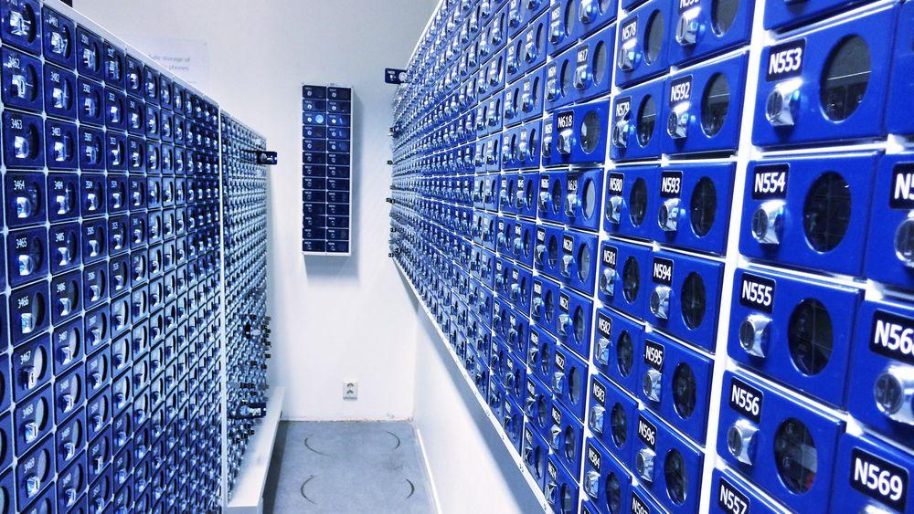 MOBILHOTELL: Her lagres mobiltelefonene til alle som flyr offshore fra Flesland.