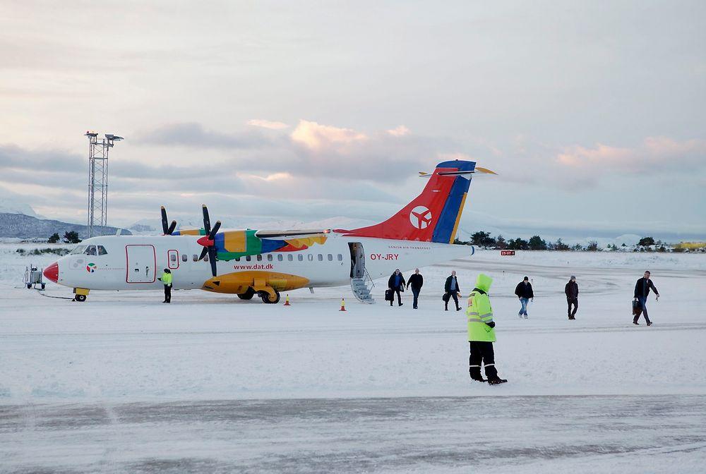 Det var dette ATR 42-300-flyet (OY-JRY) fra DAT som fikk problemer under avgang fra Flesland på vei hit til Florø hvor bildet er tatt.