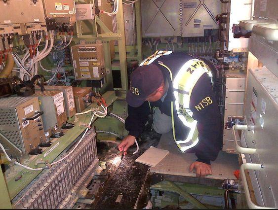 Havariinspektør Mike Bauer fra NTSB inne i JALs 787 der APU-batteriet tok fyr mens flyet sto parkert på Boston Logan lufthavn.