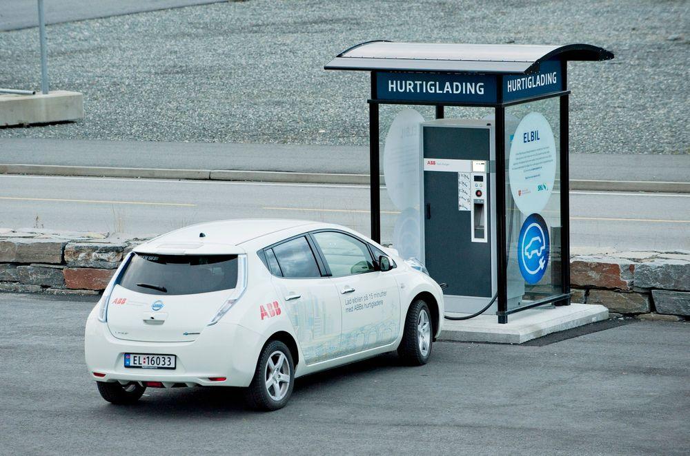 Elbil: Hurtigladestasjoner, som denne på Stord, er med på å gjøre visjonen om en tilnærmet utslippsfri bilpark realistisk.   foto: ABB