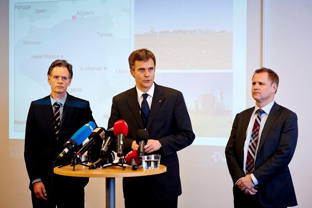 Statoils konsernsjef Helge Lund holder pressekonferanse i Statoil Norge sitt hovedkvarter på Forus i Stavanger. Til venstre sees Bjørn Otto Sverdrup, til høyre konserndirektør for internasjonale operasjoner i Statoil, Lars Christian Bacher
