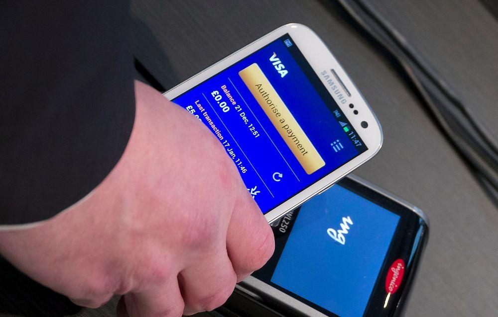 Enklere: I løpet av året kan du bruke telefonen mange steder til å betale små og store beløp. Betalingskortet ligger inne i telefonens SIM-kort og kan kommunisere trådløst med terminalen om du har en moderne smarttelefon.
