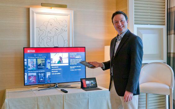 To skjermer: Pressesjef i Netflix, Joris Evers viser hvor enkelt man kan søke i innholdet med en mobiltelefon.