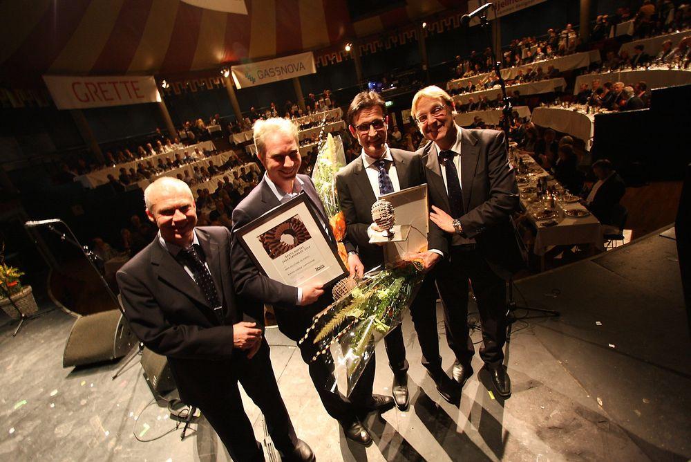 GLADE: Journalist Tore Stensvold (t.v.) og redaktør Tormod Haugstad (t.h.) fra Teknisk Ukeblad kunne i går kveld overrekke prisen til prosjektdirektør Øystein Haukvik (midten, til venstre)  og prosjektdirektør Torstein Vinterstø fra henholdsvis Aker Solutions og Statoil.