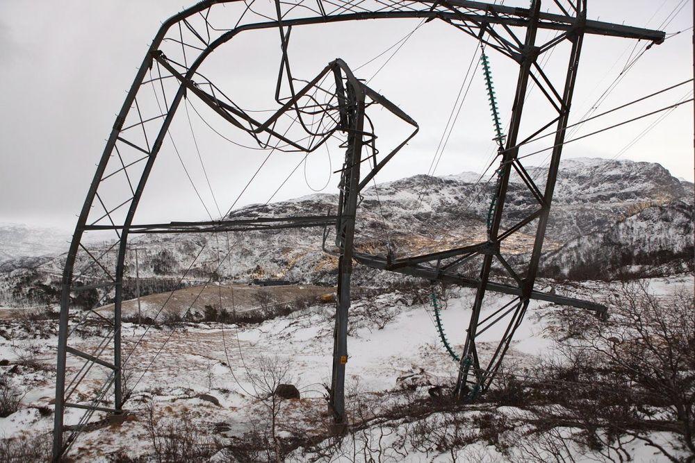 Denne høyspentmasten i Suldal kommune tålte ikke den sterke vinden og havarerte i et kraftig uvær natt til 15. desember. (Foto: Statnett)