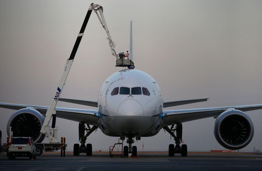 I TRØBBEL: Flyselskapeper setter Dreamliner på bakken etter en rekke uhell. Her jobber en mekaniker fra All Nippon Airways (ANA).