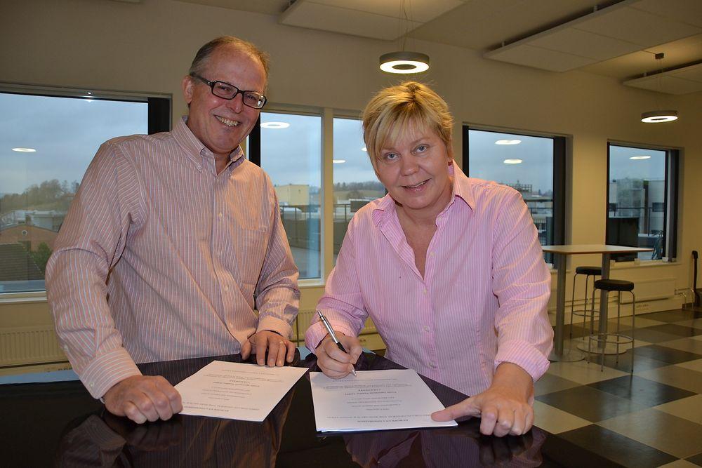 Prosjektleder Kjetil Storvik (OREEC) og administrerende direktør i Kunnskapsbyen Lillestrøm, Anita Orlund, underskriver avtalen om EU-prosjektet Coolsweep. Foto: Helge Wekre, Kunnskapsbyen Lillestrøm.