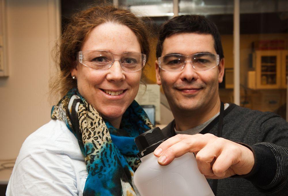 Om utvikling av selvsmørende flater ved hjelp av mikroskopiske, polymer kapsler i et belegg: - Flytende smøremidler kan erstattes av smørefylte kapsler i et belegg, sier forskningsleder Heidi Johnsen og forsker Sergio Armada.
