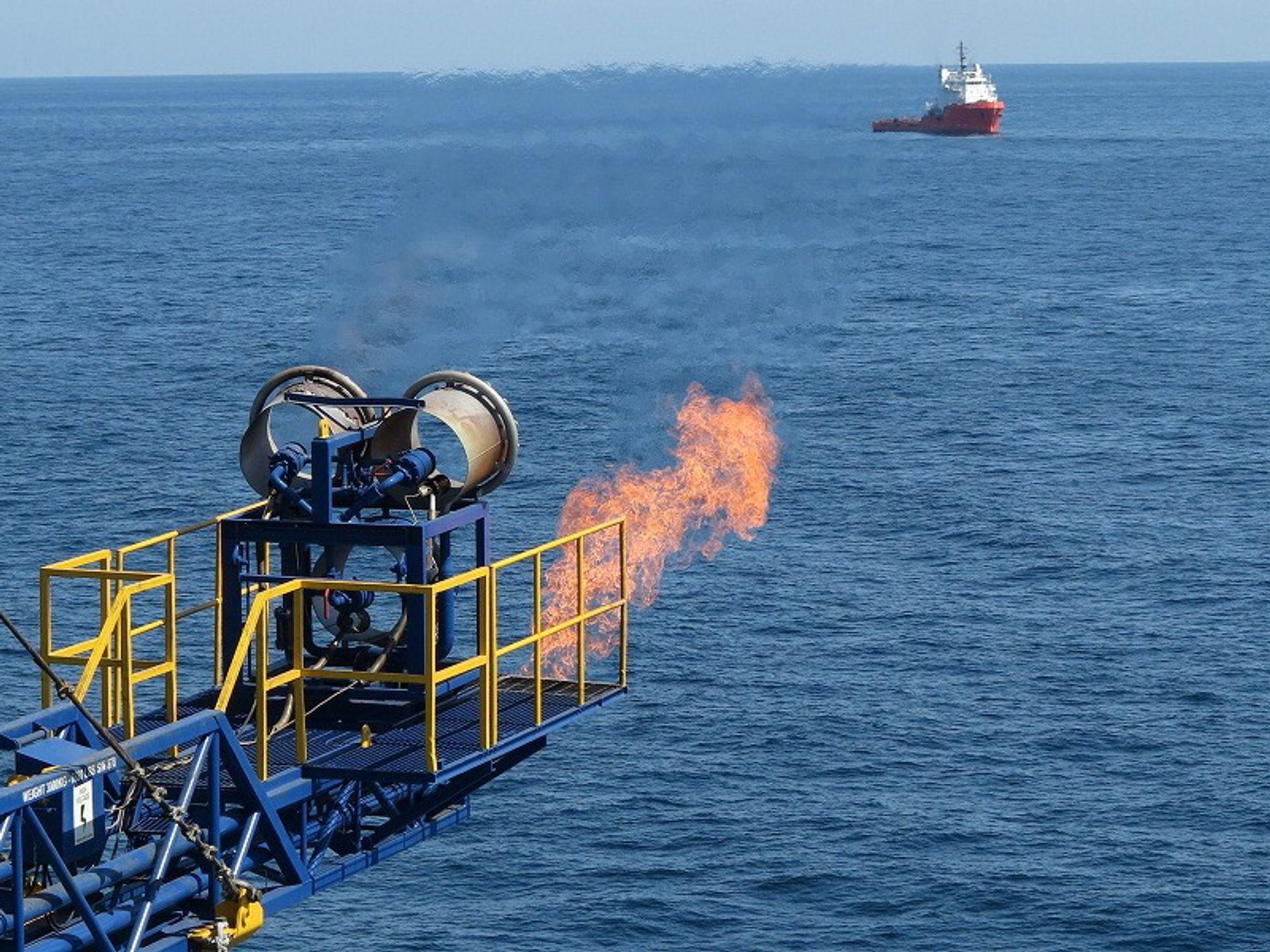 """For første gang er det hentet ut metangass fra gasshydrater under havbunnen. Her fakles gassen fra forskningsskipet """"Chikyu""""."""