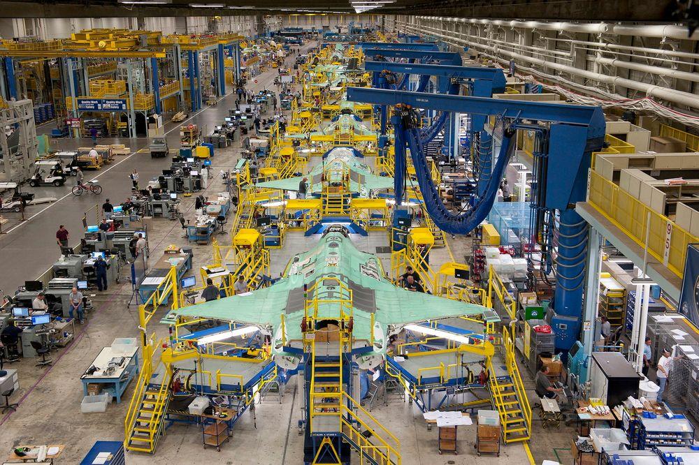 Utviklingen av Norges nye kampfly F-35 har vært preget av forsinkelser og budsjettoverskrivelser. Lockheed Martin skal etter planen levere de første flyene til Norge alt i 2015.