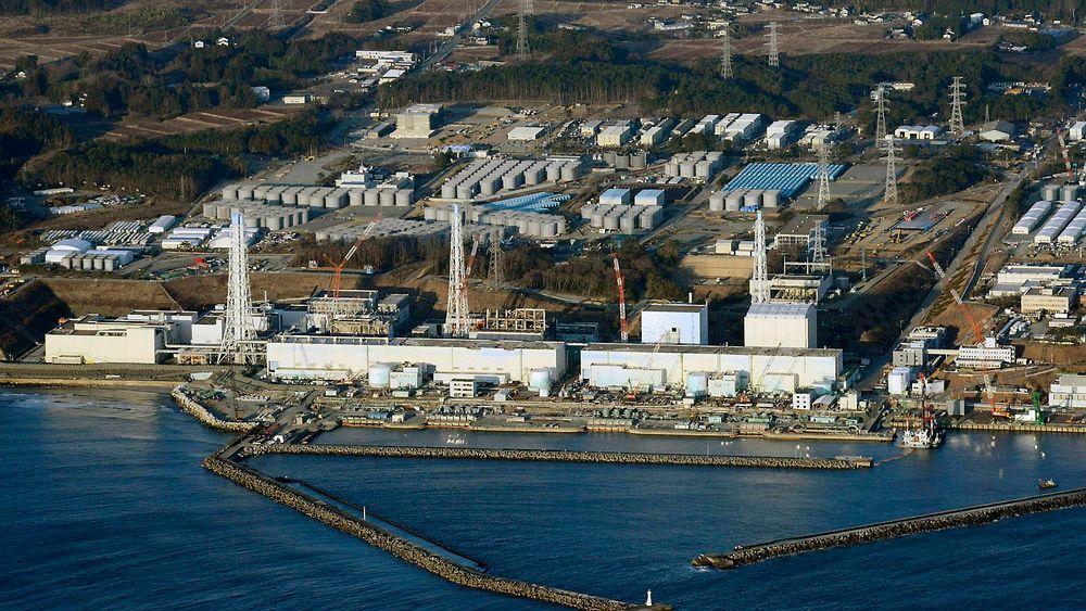 Radioaktivt regnvann har rent fra et tak og ut i sjøen ved det ødelagte kjernekraftverket Fukushima Daiichi.