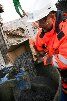 Prøvestøp: Her heller Alf Egil Mathiesen fra Veidekke stålfiber i en betongblander for et prøvestøp. Han skal nå bruke fiberarmering i en bærende vegg på et prosjekt i Oslo og har lenge hatt tro på fiber.