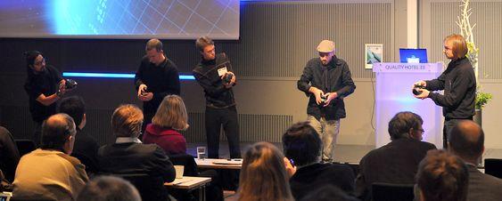 Oslo mobilorkester utforsker hvordan mobiltelefoner kan brukes i samspill. Klikk på bildet for å se fremføringen av Bloom & Scrambler.