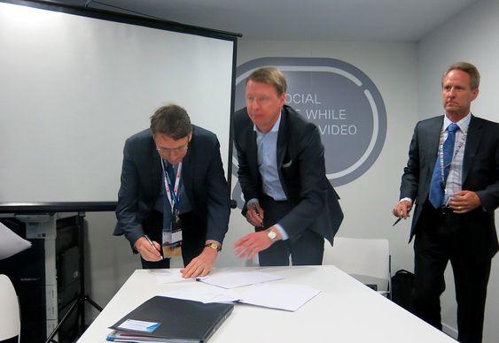 Konserndirektør i Ericsson, Hans Vestberg, og sjefen for det store australske teleselskapet Telstra, David Thodey (t.h.), signerte den første avtalen om kringkasting på 4G.