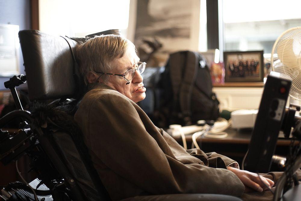 Steven Hawking kunne i dag ha fått en stemme som var nesten perfekt, men han har valgt å beholde den snart 30 år gamle syntetiske stemmen fordi alle forbinder den med ham.
