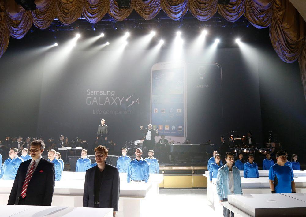 SUKSESS: Samsung-medarbeidere står her klare til å briefe presse og andre inviterte under lanseringen av deres nye flaggskip-telefon Samsung Galaxy S4.  Telefonen har hjulpet dem å spise inn noe av Apples forsprang. FOTO: REUTERS