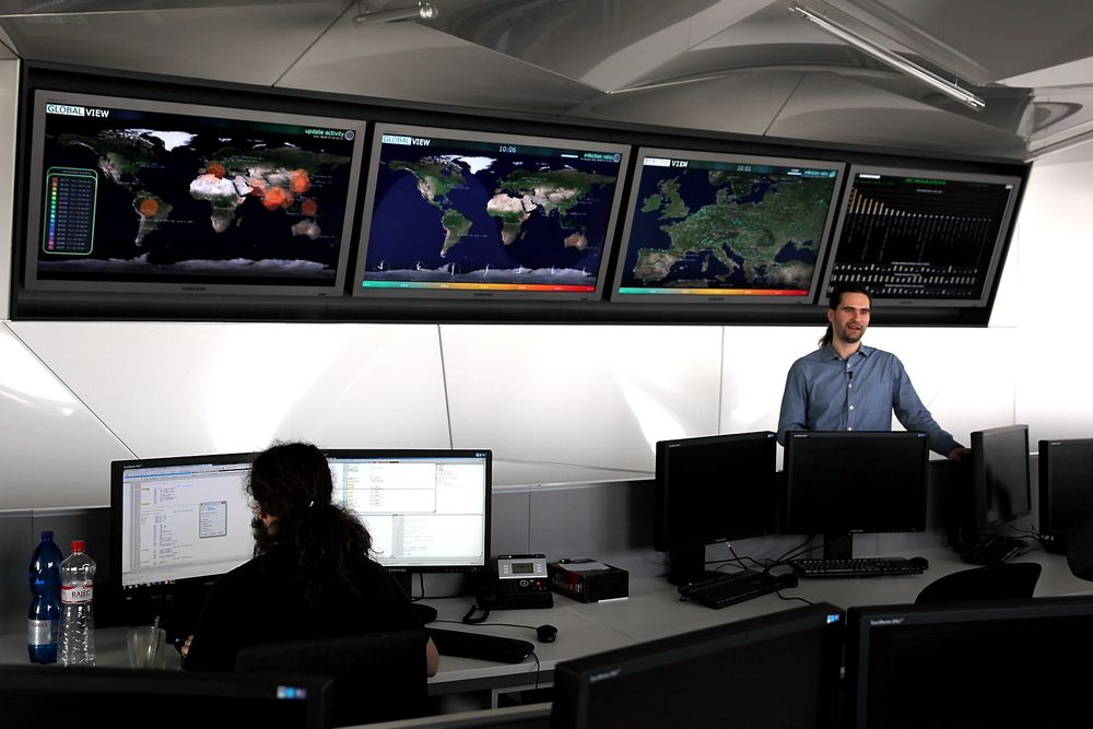 Skjermene i ESETs viruslab viser andelen PCer som er infisert av skadelig programvare i verden og Europa. Forskningsjef Juraj Malcho sier de kan utvikle motgift mot nye trusler i løpet av få timer.