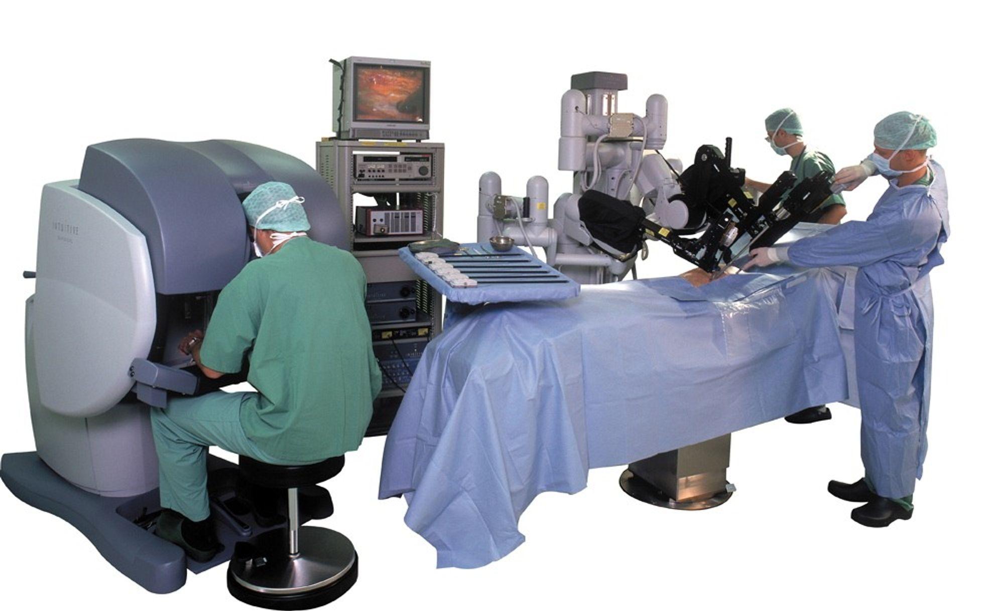 En operasjonsrobot fjernstyres av en kirurg via en elektronisk kontrollkonsoll.