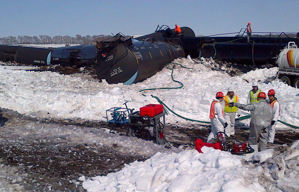 Arbeidet pågår med å samle opp olje som rant ut da et tog med tankvogner sporet av i Minnesota onsdag