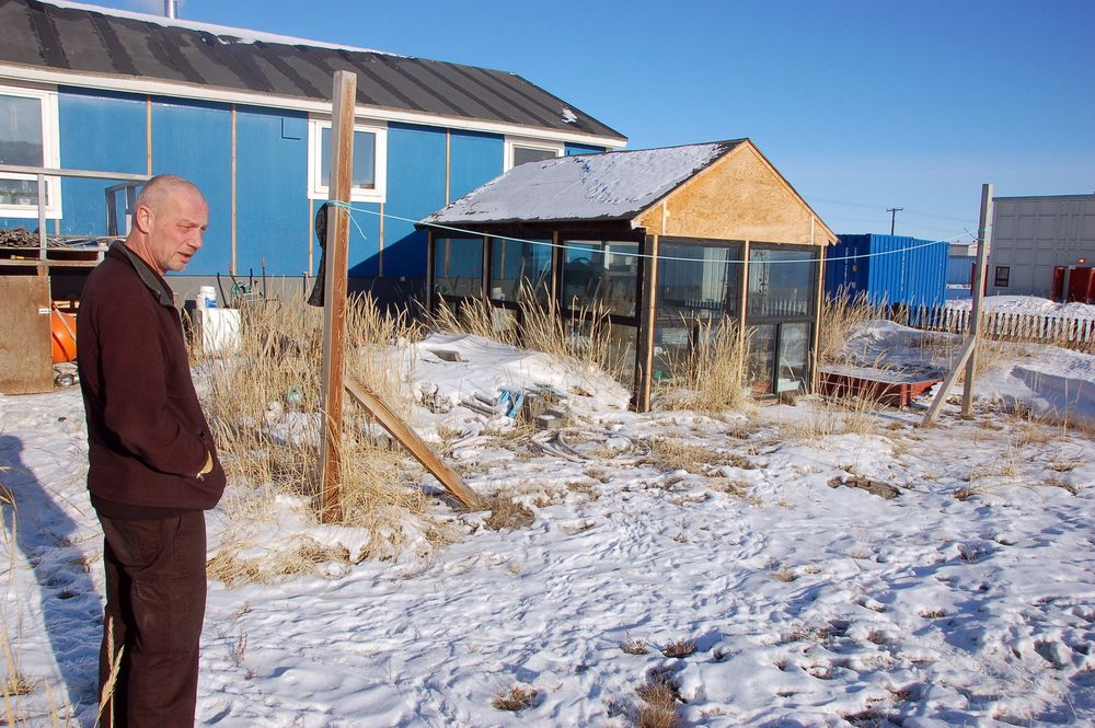 Kim Ernst, som er kjøkkensjef ved restaurant Roklubben i Søndre Strømfjord på Grønland, viser fram drivhusene der han dyrker grønnsaker og urter. Stigende temperaturer har gjort det mulig for grønlenderne å øke dyrkingen av matvarer som de tidligere bare kunne få kjøpt fra utlandet. For eksempel ble produksjonen av poteter fordoblet i tidsrommet fra 2008 til 2012.