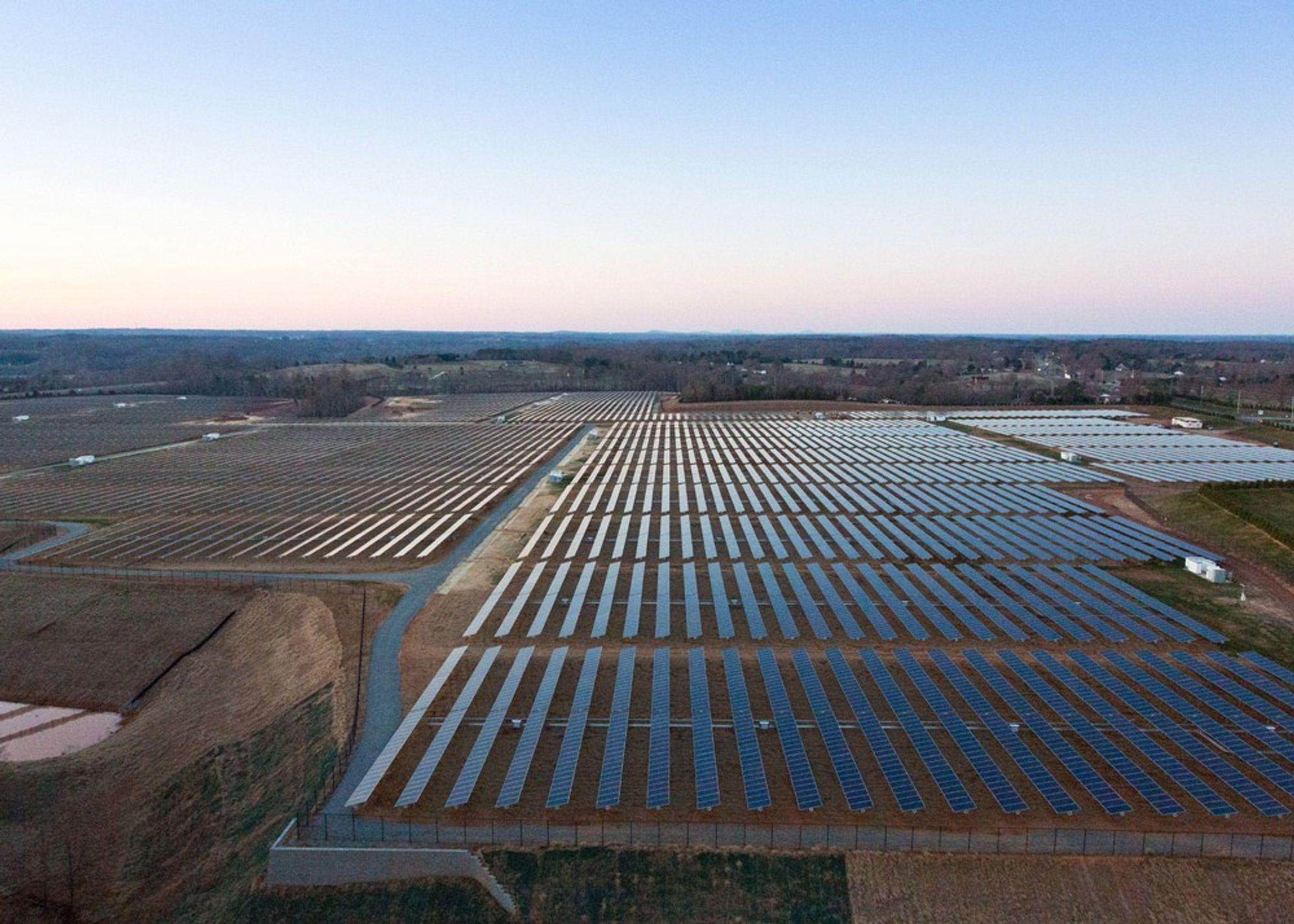 Apple vil ikke bare kjøpe fornybar energi, de lager den også, for eksempel med solceller.