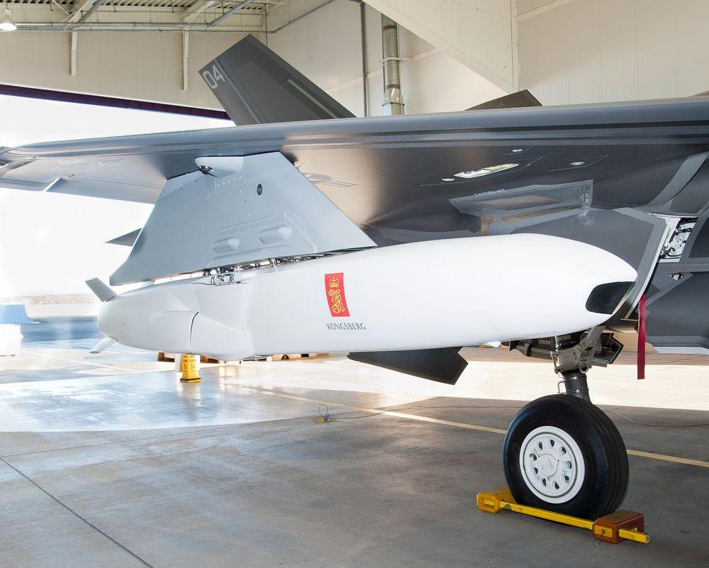 Her er en modell av JSM-missilet plassert på en ekstern våpenstasjon på et F-35B-testfly.