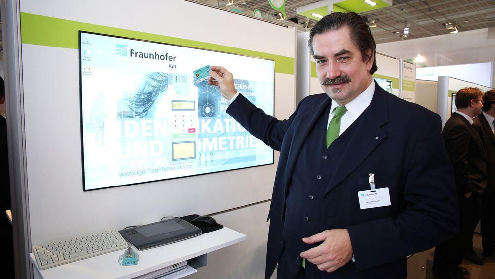 Forsker ved Fraunhofers institutt for datagrafikkforskning Alexander Nouak demonstrerer hvor enkelt signaturen din kan identifisere deg når du skal betale for noe.