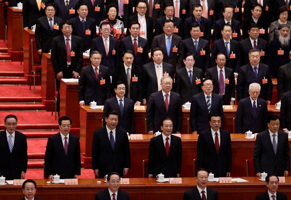 President Hu Jintao, kommunistpartiets leder Xi Jinping, statsminister Wen Jiabao og visestatsminister Li Keqiang synger Kinas nasjonalsang ved åpningen av Folkekongressen.