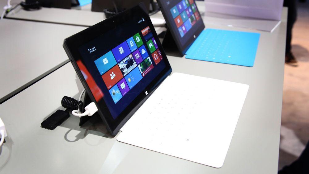 Pro og RT: Den nye proutgaven av Surface er ganske lik RT av utseende, men med høyere skjermoppløning, vekt og tykkelse.