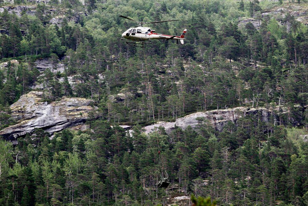 Én av ni dødsulykker: Et AS350 fra Airlift frakter vrakdeler fra et tilsvarende helikopter som havarerte i Ullensvang i juli 2011. Ulykken kostet fem liv. Foto: Scanpix
