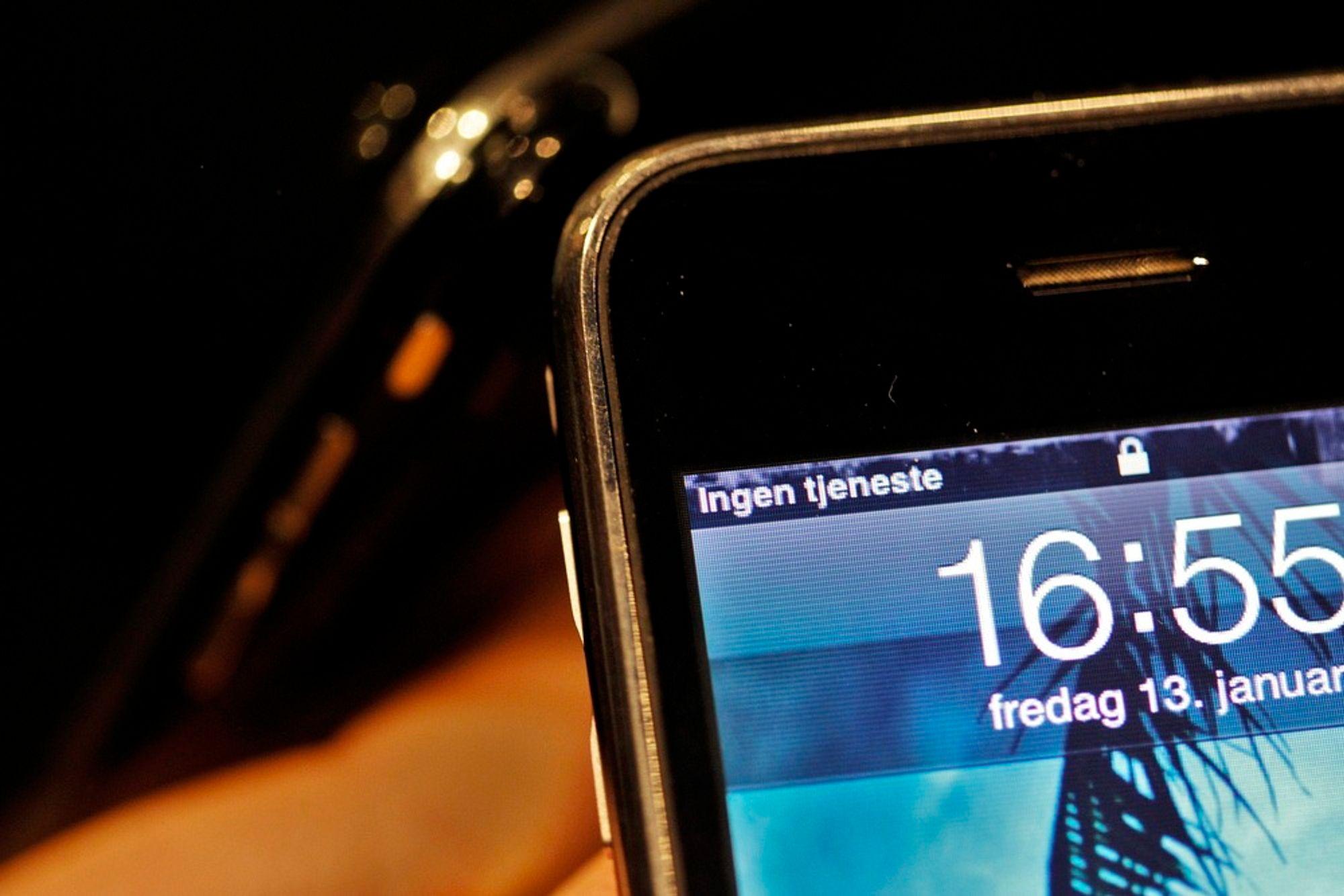 BATTERI: Telenettene skal kunne gå på batteri i minst seks timer ved strømbrudd - og mobilkundene må ta regningen.