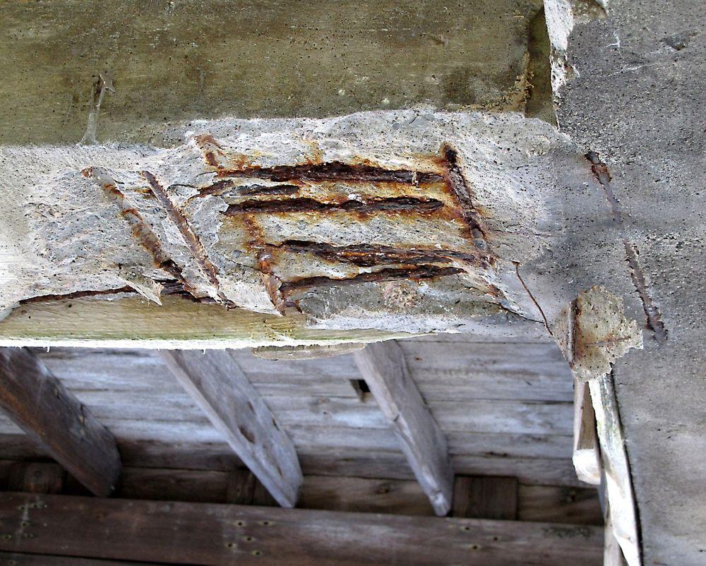 Ønsket og uønsket: I et klimaperspektiv er karbonatisering et gode som er ønsket for å ta opp CO2. Men det kan også gi store skader på betongen og er derfor uønsket. Bildet viser et betongstag med store skader i et prosjekt der Stærk & Co har ansvaret for utbedringen. Foto: Stærk & Co