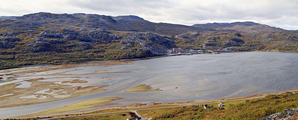 Her i Repparfjorden vil Nussir deponere opptil to millioner tonn tungmetallholdig avfall. Ja, sier kommunalminister Jan Tore Sanner. Nå havner saken på Miljødirektoratets bord.