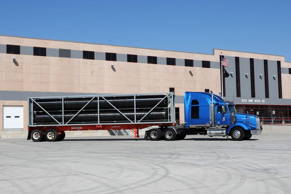 Mindre strengt: I USA er det ikke like strenge regler for transport av hydrogen som i Europa. Denne traileren har fire gassbeholdere, produsert ved Haxagon Composites' fabrikk i Lincoln, Nebraska. De er på 8500 liter hver og er laget for et trykk på 250 bar.  Foto: Hexagon Composites