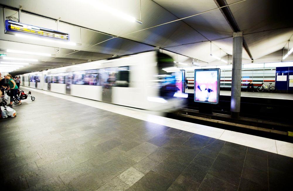 T-bane ankommer Jernbanetorget stasjon i Oslo. t-banen ruter t-banetunnel
