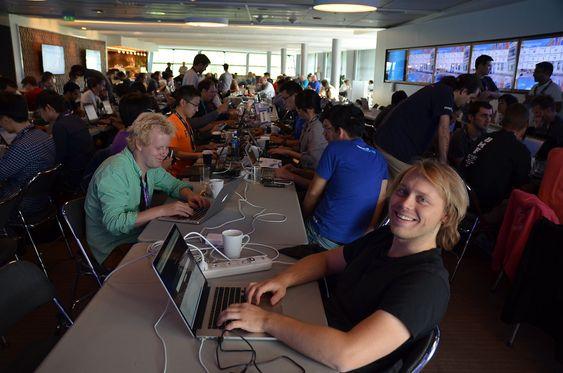 Utvikler Firefox på Fornebo. Denne uken sitter rundt 160 utviklere fra mange land på Fornebo for å utvikle Firefox og apper som skal flytte smartmobilen ned i lavprisklassen.